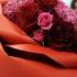 バラの花びらで包まれた豪華な花束でサプライズ