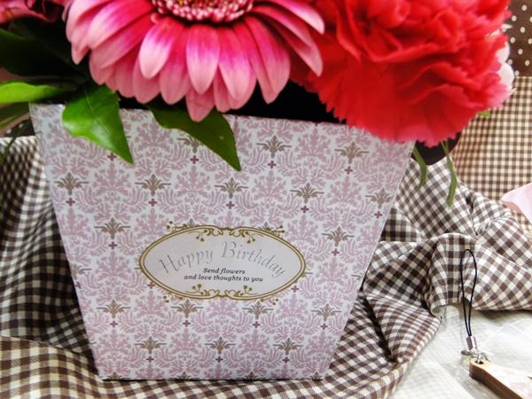 【日比谷花壇】イニシャル&バースデーフラワーのボックスのアップ画像