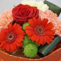 仙台銘菓「萩の月」に花を添えて敬老の日に
