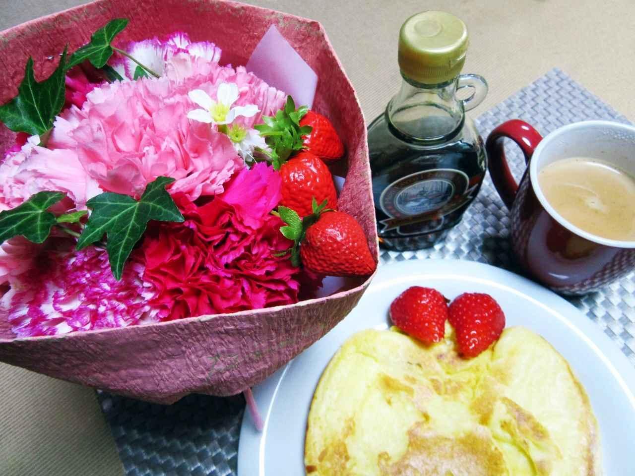 【日比谷花壇】母の日 そのまま飾れるブーケ「ストロベリーピンク」届いた翌日、苺を添えたパンケーキと共に