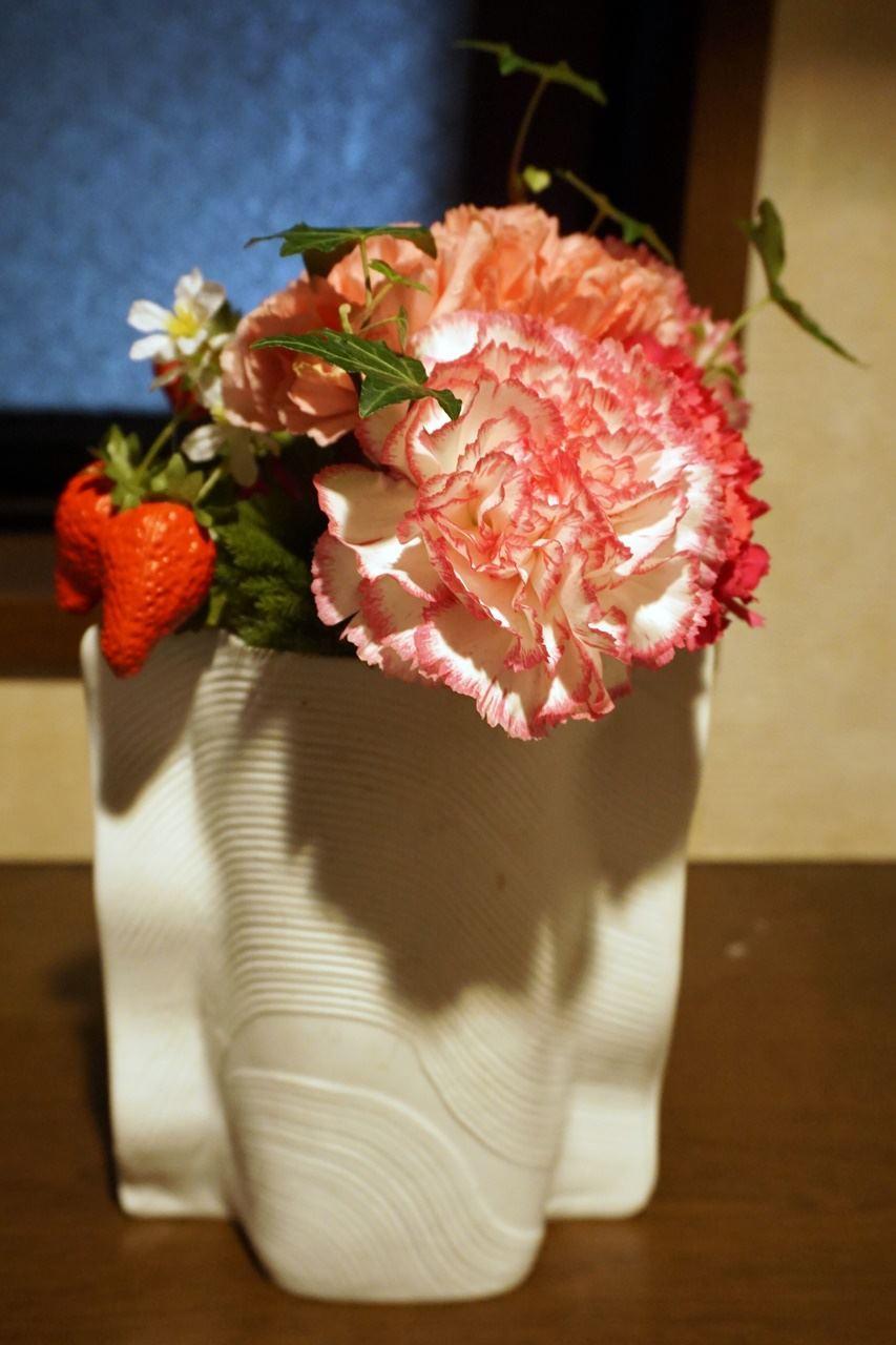 【日比谷花壇】母の日 そのまま飾れるブーケ「ストロベリーピンク」傷んだ花びらだけ外して花瓶に活けてみました。