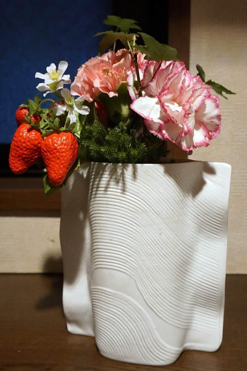 花瓶に生け直した【日比谷花壇】母の日 そのまま飾れるブーケ「ストロベリーピンク」
