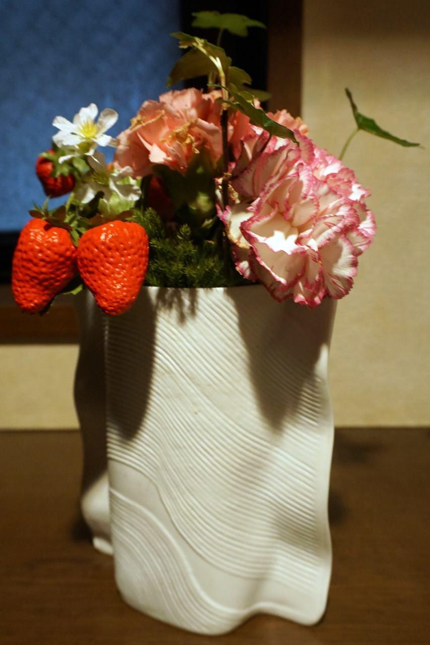 20日目、花瓶に活け直した【日比谷花壇】母の日 そのまま飾れるブーケ「ストロベリーピンク」