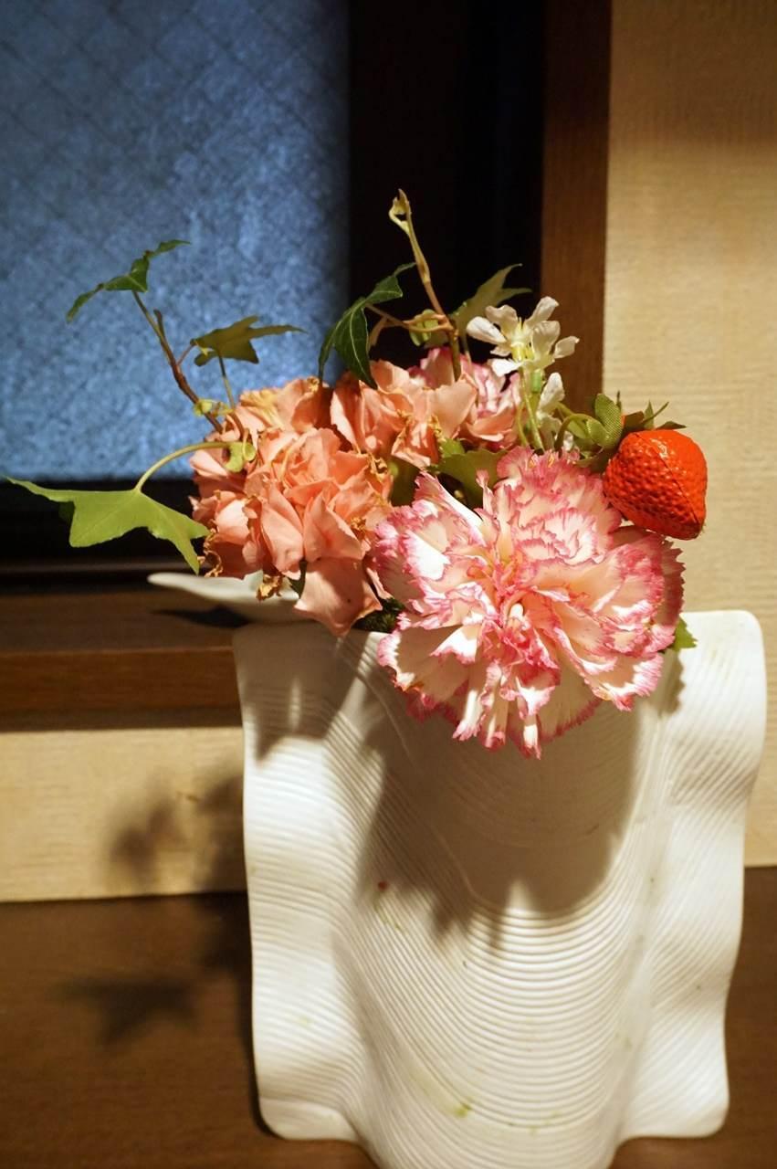 23日目、花瓶に活け直した【日比谷花壇】母の日 そのまま飾れるブーケ「ストロベリーピンク」