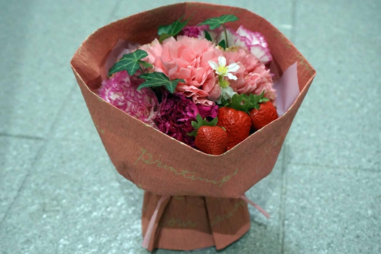 分解前の【日比谷花壇】母の日 そのまま飾れるブーケ「ストロベリーピンク」。届いて12日目