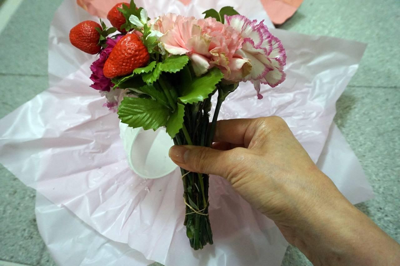 【日比谷花壇】母の日 そのまま飾れるブーケ「ストロベリーピンク」の花束をカップから抜くと、ゴムで止められた花束でした。