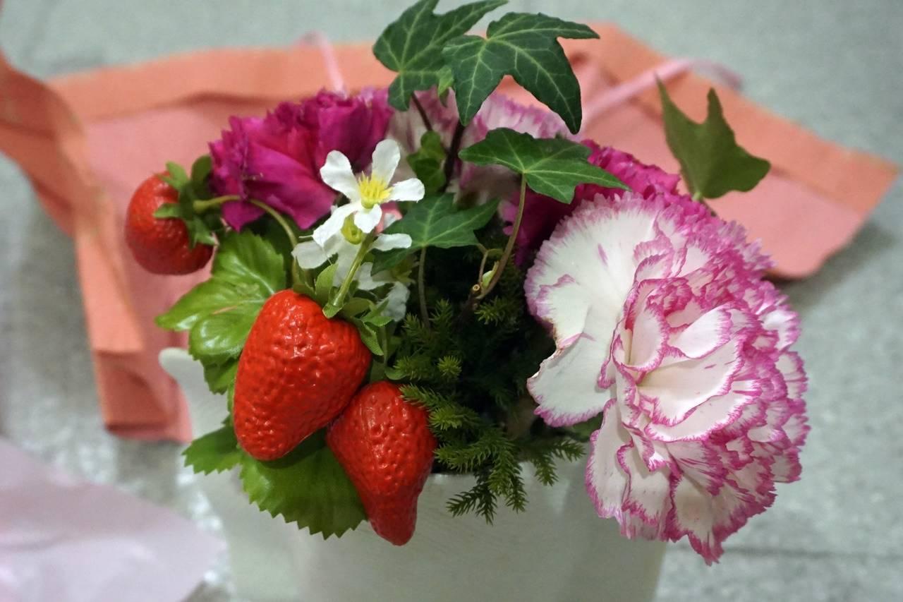 最初は【日比谷花壇】母の日 そのまま飾れるブーケ「ストロベリーピンク」から傷んだピンクのカーネーションだけ外して、花瓶に活けましたが......。